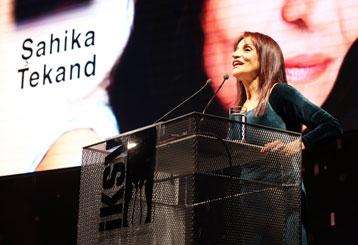 İstanbul Tiyatro Festivali 20. Yılında Onur Ödülü'nü Şahika Tekand'a verdi.